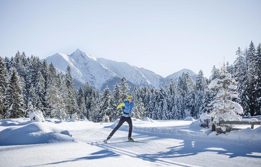 Langlaufen in der winterlichen Landschaft der Olympiaregion Seefeld