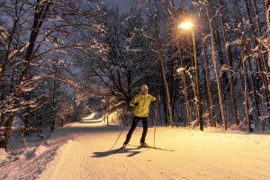 Beleuchtete Loipe am Ritzensee bei Nacht ©sportalpen.com